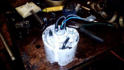 где находится топливный фильтр шевроле круз