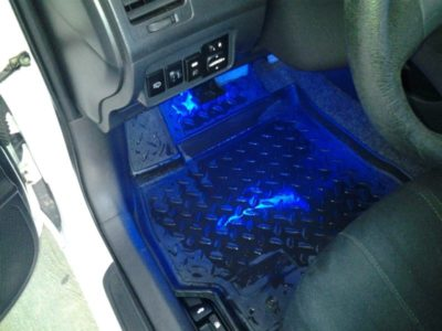 как подключить подсветку ног в машине