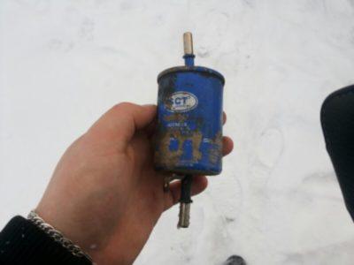 где находится топливный фильтр на рено дастер